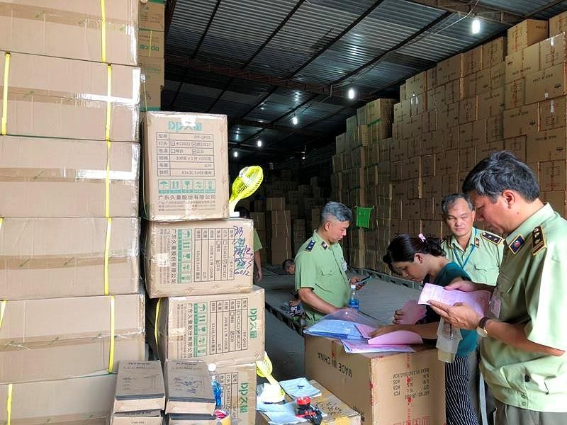 Nóng: 18 kho hàng tại TP.HCM nghi chứa hàng lậu, hàng cấm - ảnh 3